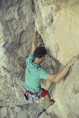 Photo pour Escalade d'une falaise difficile. Escalade sportive extrême. Liberté, risque, défi, succès. - image libre de droit