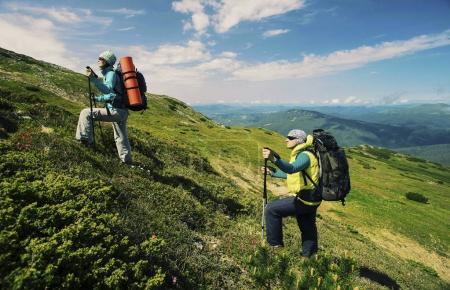 Photo pour Homme et femme, randonnée en montagne avec sac à dos de voyage concept lifestyle de sport vacances week-end actif sauvages trek. - image libre de droit