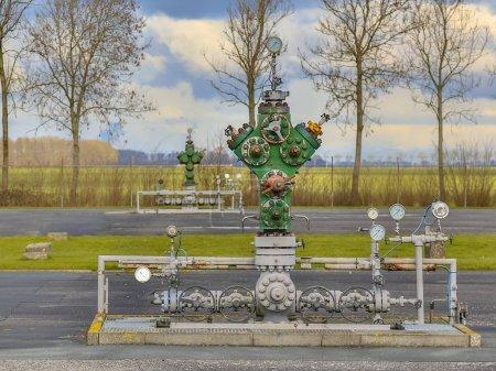 Photo pour Vieille tête de puits vintage dans le site de traitement du gaz naturel en Europe du Nord - image libre de droit