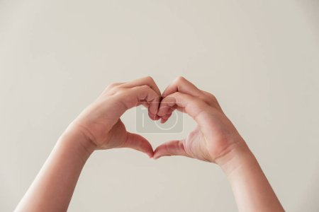 Photo pour Enfants mains faisant forme de coeur, santé cardiaque, don, bénévolat heureux, concept de responsabilité sociale de la RSE, Journée mondiale du cœur, Journée mondiale de la santé, Journée mondiale de la santé mentale, Journée de la famille - image libre de droit