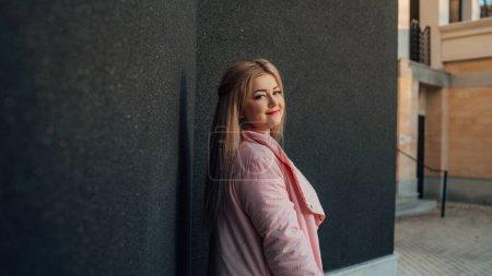 Photo pour Portrait d'une belle fille, posé sur un mur gris - image libre de droit