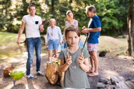 schöne Familiencamping im Wald, gemeinsames Essen.