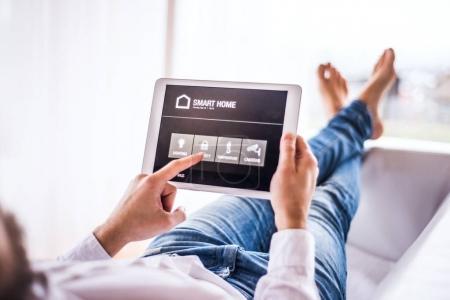 Photo pour Une tablette avec système de contrôle intelligent de maison. - image libre de droit