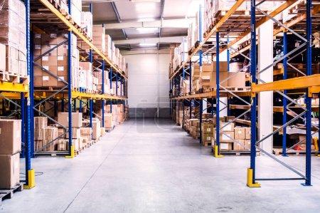 Photo pour Étagères pleine de boîtes dans un entrepôt. - image libre de droit