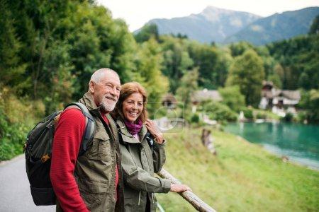 Photo pour Un couple de retraités actifs faisant de la randonnée dans la nature, se reposant. Espace de copie . - image libre de droit