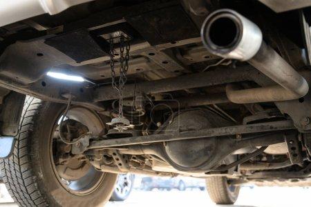 Photo pour Roue de pneu de secours stocké sous la voiture ont été volés, roue de secours a été perdu, pneu manquant de voiture, pneu volé dans la voiture de stationnement, concept d'assurance cambriolage, vol, vol, criminel, problèmes de junkie - image libre de droit