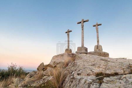 Drei in den Stein gehauene Kreuze am Abend