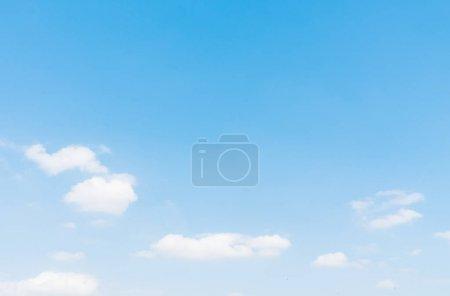 Foto de Hermosa nube blanca sobre fondo azul del cielo - Imagen libre de derechos