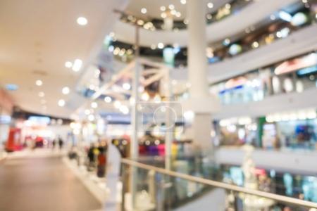 Photo pour Flou abstrait et centre commercial déconcentré dans l'intérieur des grands magasins pour le fond - image libre de droit