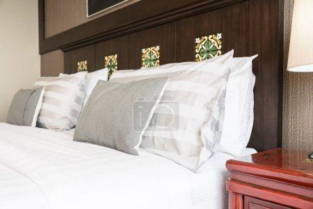 Photo pour Oreiller confort sur lit avec lampe de lumière décoration dans la chambre d'hôtel intérieur - image libre de droit