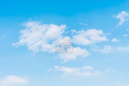 Photo pour Beau nuage blanc sur fond bleu ciel - image libre de droit