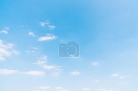 Photo pour Beau nuage blanc sur fond de ciel bleu - image libre de droit