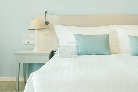 Photo pour Oreiller confortable sur la décoration du lit dans la chambre d'hôtel intérieur - image libre de droit