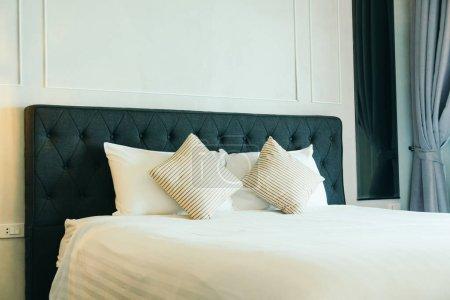 Foto de Almohadilla cómoda en la decoración de la cama en el interior de la habitación de hotel - Imagen libre de derechos