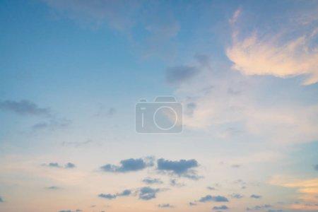 Photo pour Beau nuage sur le ciel au coucher du soleil - image libre de droit