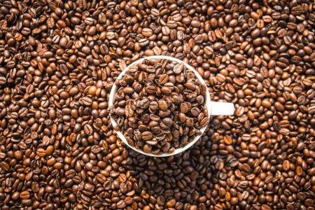 Braune Kaffeebohnen in weißer Tasse oder Tasse