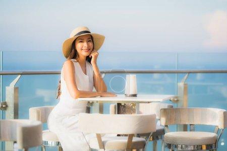 Photo pour Verticale belle jeune femme asiatique sourire heureux dans le bar de ciel et le restaurant pour détendre et apprécier la nourriture - image libre de droit