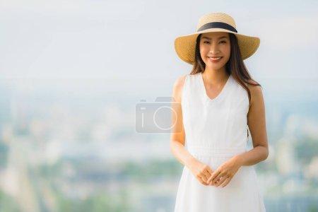 Photo pour Portrait beau jeune femme asiatique sourire heureux se détendre sur la barre supérieure de toit pour le loisir dans les vacances de vacances - image libre de droit