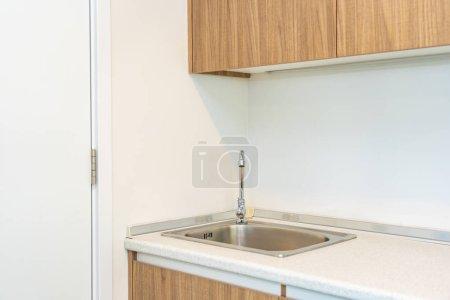 Photo pour Décoration du robinet d'eau et de l'évier dans la salle intérieure de la cuisine - image libre de droit