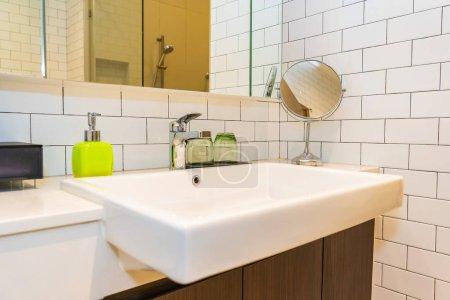 Photo pour Robinet d'eau et intérieur de décoration d'évier de salle de bains - image libre de droit
