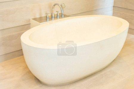 Photo pour Belle élégance de luxe baignoire blanche et décoration de robinet d'eau dans l'intérieur de la salle de bain - image libre de droit