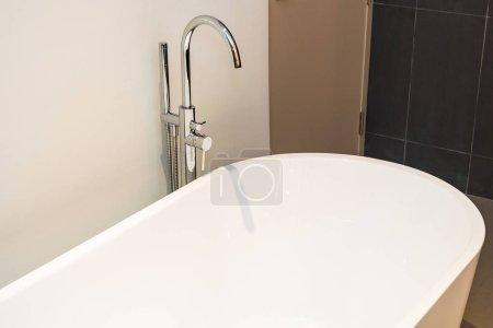 Photo pour Baignoire de luxe blanc décoration intérieure de la salle de bains - image libre de droit
