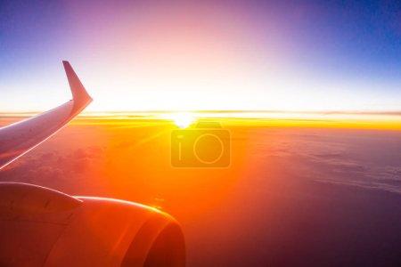 Photo pour Belle vue aérienne depuis l'aile de l'avion sur nuage blanc et ciel au coucher du soleil ou au lever du soleil - image libre de droit