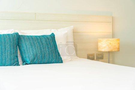 Photo pour Oreiller et couverture sur le lit avec lampe à l'intérieur de la chambre - image libre de droit