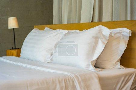 Photo pour Oreiller et couverture sur lit avec lampe de lumière décoration intérieure de la chambre - image libre de droit