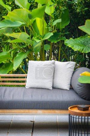 Photo pour Oreiller confortable sur canapé chaise décoration intérieure - image libre de droit