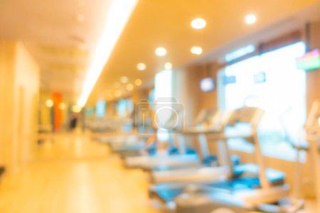 Photo pour Intérieur abstrait de la salle de sport flou avec équipement de fitness - image libre de droit