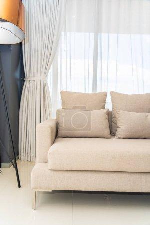 Photo pour Oreiller confortable sur l'intérieur canapé chaise décoration - image libre de droit