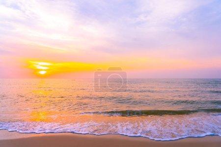Photo pour Beau paysage extérieur de mer et de plage tropicale au coucher du soleil ou au lever du soleil de temps pour le voyage d'agrément et les vacances - image libre de droit