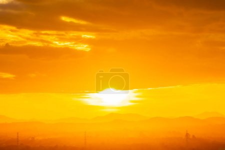 Photo pour Beau paysage extérieur avec lever ou coucher de soleil sur la montagne - image libre de droit