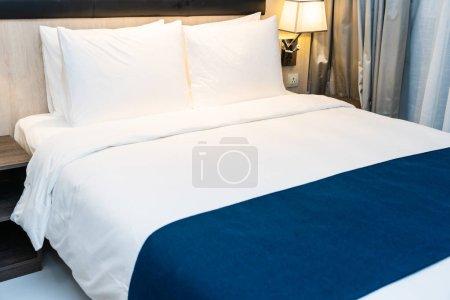 Photo pour Oreiller confortable blanc et couverture sur la décoration du lit dans l'intérieur de la chambre - image libre de droit