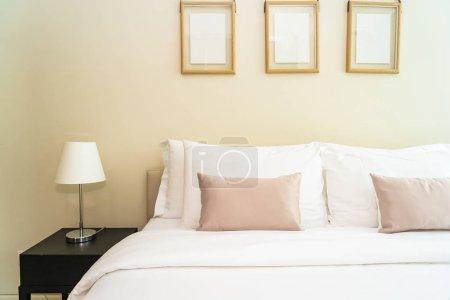 Photo pour Oreiller confortable blanc sur la décoration du lit intérieur de la chambre - image libre de droit