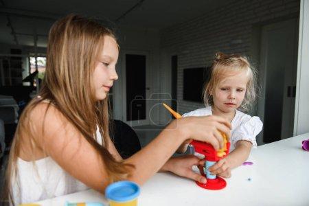Photo pour Petites filles jouer avec le sable cinétique - image libre de droit