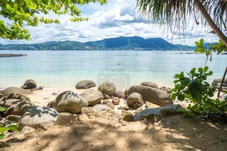 Photo pour Belle plage ensoleillée. Vue sur la belle plage tropicale avec des palmiers autour. Vacances et concept de vacances - image libre de droit