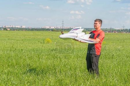 Photo pour Homme avec aile modèle rc fpv. Electronique, hobby, concept de modélisation aérienne - image libre de droit