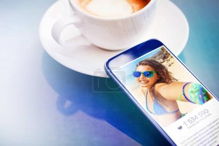 Photo pour Selfie de la jeune fille - photo populaire avec de nombreux aime concept - image libre de droit