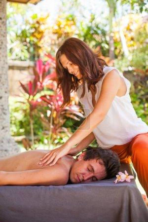 Photo pour Homme se faire masser dans un salon de spa - image libre de droit