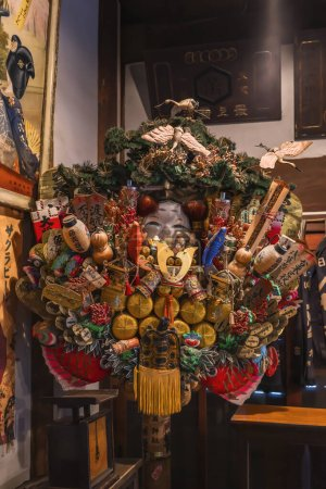 Photo pour Tokyo, Japon - 30 mars 2020 : divinités folkloriques japonaises Ebisu, Daikokuten, Otafuku sur un géant Engi Kumade ce qui signifie râteau propice dans le musée libre Yoshidaya de Yanaka . - image libre de droit