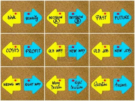 Photo pour Collage photo de concepts d'antonymes écrits sur des notes en papier jaune et bleu, flèches opposées épinglées sur du carton de liège avec des punaises. Choix image conceptuelle - image libre de droit
