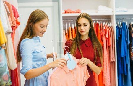 Las mujeres de compras y la elección de vestidos