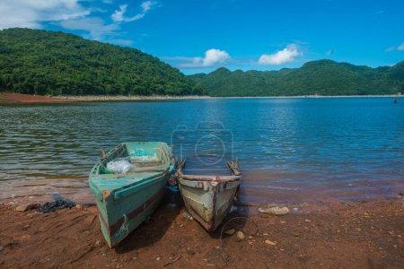 Photo pour Un bateau dans le lac avec une belle vue avec des arbres - image libre de droit