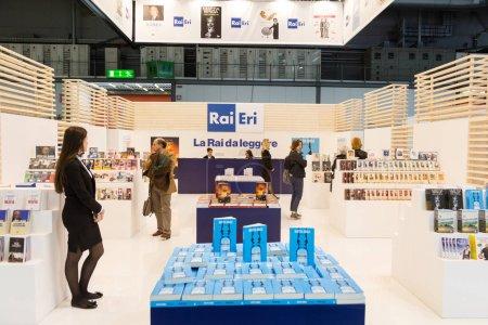 Photo pour Milan, Italie - 19 avril: Les gens visitent Tempo di Libri, la nouvelle italienne édition Foire sur 19 avril 2017 à Milan. - image libre de droit