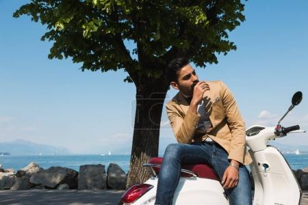 Photo pour Bel homme indien posant dans un contexte de vacances. Style et mode de rue. - image libre de droit