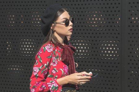 Photo pour Milan, Italie - 20 septembre: À la mode femme pose à l'extérieur de défilé de mode Gucci construction pendant Fashion Week féminin Milan sur 20 septembre 2017 à Milan. - image libre de droit