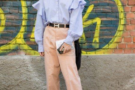 Foto de Milan, Italia - 21 de septiembre: Moda hombre poses fuera desfile de Fendi edificio durante la semana de la moda de Milán mujeres en 21 de septiembre de 2017 en Milán. - Imagen libre de derechos