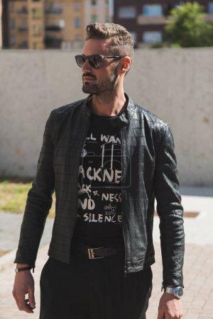 Foto de Milan, Italia - 21 de septiembre: Moda hombre poses fuera de Les Copains desfile durante la semana de la moda de Milán mujeres en 21 de septiembre de 2017 en Milán. - Imagen libre de derechos